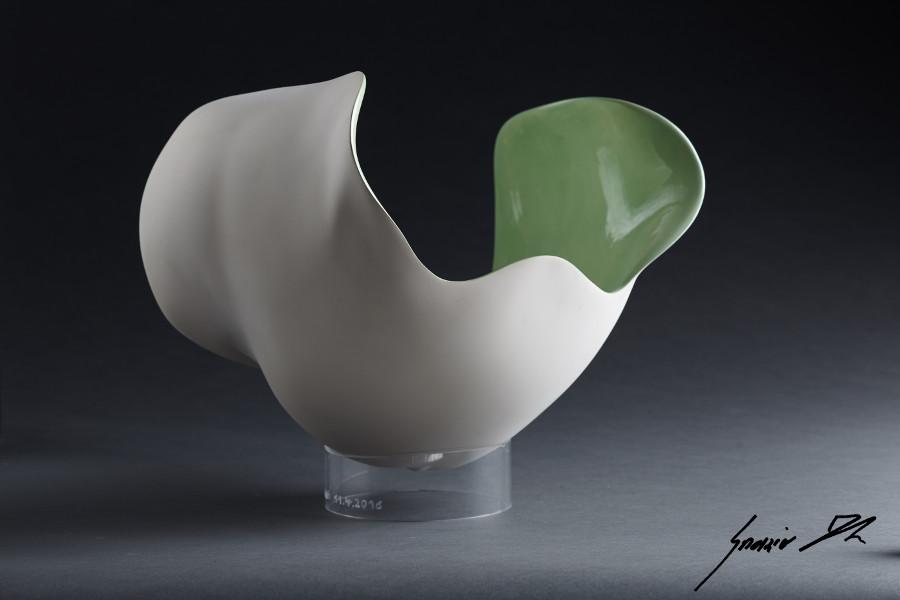 Bauch-Schale grün glasiert mit Acrylglas-Sockel